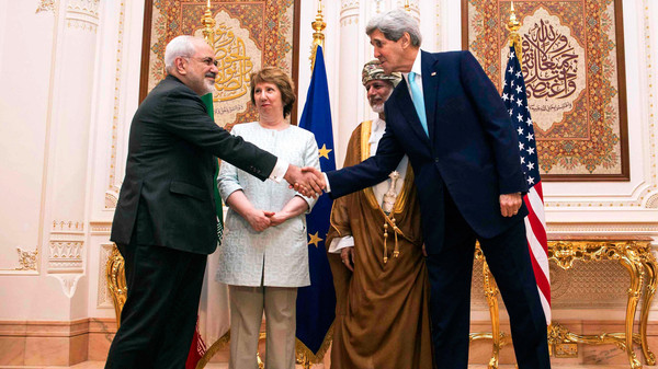 US Secretary of State John Kerry (R), former EU top diplomat Catherine Ashton (2ndU.S. Secretary of State John Kerry (R) and Iranian Foreign Minister Mohammad Javad Zarif (L) shake hands.