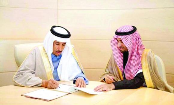 Prince Saud bin Abdullah bin Thunayan, chairman of the Royal Commission for Jubail and Yanbu (RCJY), signs the contracts.