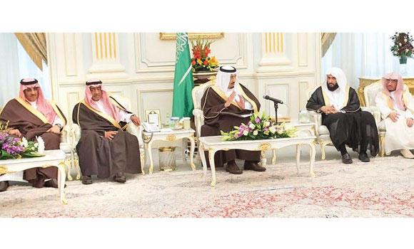 Custodian of the Two Holy Mosques King Salman addresses judges, in the presence of Justice Minister Waleed Al-Samaani, second right, Crown Prince Muqrin and Deputy Crown Prince Mohammed bin Naif at Al-Yamamah Palace in Riyadh on Tuesday. (SPA)