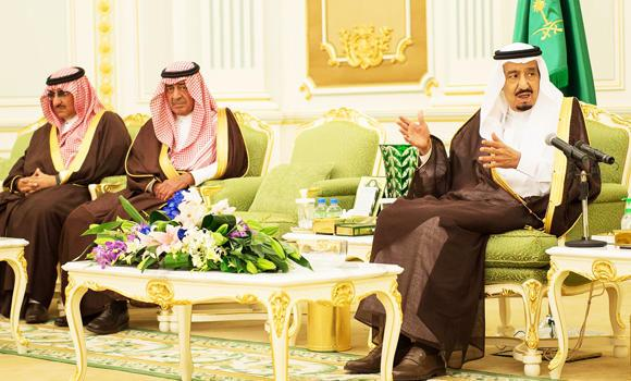 Custodian of the Two Holy Mosques King Salman, Crown Prince Muqrin and Deputy Crown Prince Mohammed bin Naif receive former ministers, military officers and prominent citizens at Al-Yamamah Palace in Riyadh on Tuesday. (SPA)