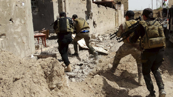 Heavy fighting in Iraq has left 30 police dead and 100 wounded.