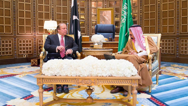 Pakistani Prime Minister Nawaz Sharif (L) and Saudi King Salman (R).