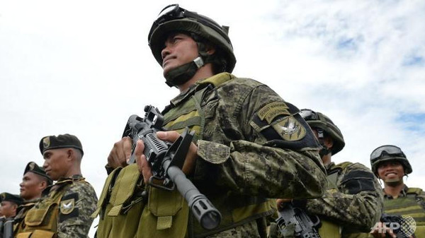 Government forces in the southern Philippines said Saturday they were hunting a suspected Malaysian bomb-maker who may be helping local Al-Qaeda-linked extremists.