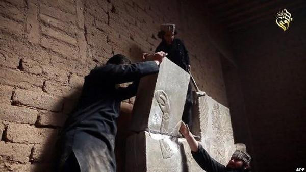 An online video purports to show Islamic State militants bombing ruins at the ancient Iraqi city of Nimrud.