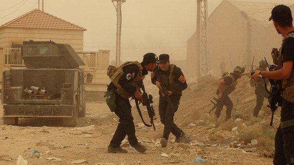 Security forces defend their headquarters against attacks by ISIS extremists during sand storm in the eastern part of Ramadi.