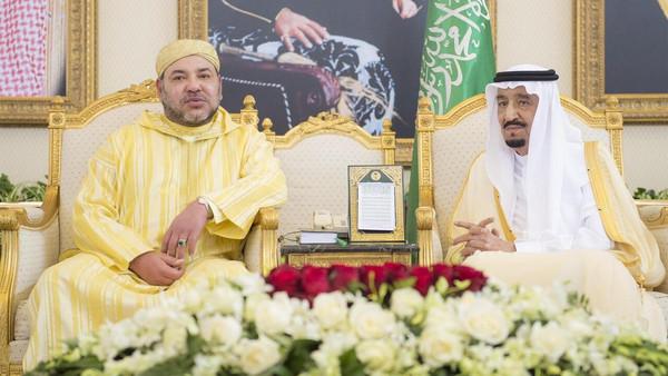 Saudi King Salman bin Abdulaziz (R) met with Moroccan King Mohammed VI at his palace in Riyadh. (SPA)