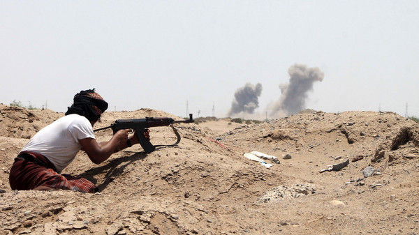 A Yemeni member of the southern separatist movement, loyal to President Abedrabbo Mansour Hadi, keeps position in Aden's suburbs, on June 3, 2015.