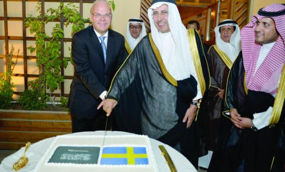Riyadh Mayor Ibrahim Al-Sultan cuts the cake while attending a ceremony at the Swedish Embassy on Sunday to mark the country's National Day. (SPA)