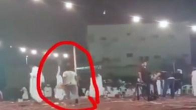 Photo of فيديو: رجل يستعرض بسلاح ناري ويهدد حياة الحضور في حفل زواج