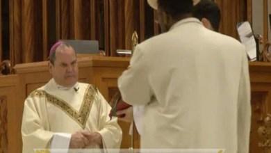 Photo of فيديو: لحظة الهجوم على أسقف خلال قداس بكنيسة أمريكية