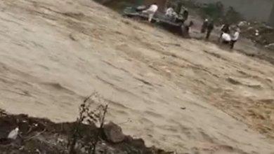 Photo of فيديو: أمطار غزيرة بأبها تعيق السير وتجرف الحاويات