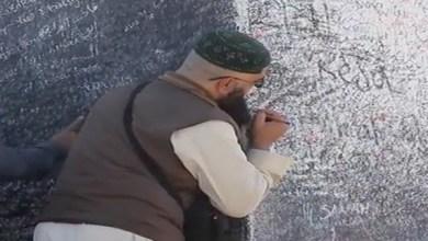Photo of شاهد: زوار يحولون جبل الرحمة إلى تمثال معتقدات طيلة العام