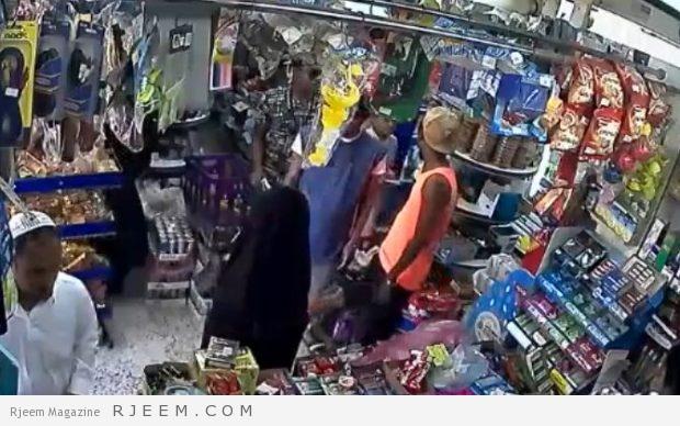 Photo of استدرجته سيدة فدفع الثمن.. شاهد: عملية سرقة لبقالة في حي الرويس بجدة