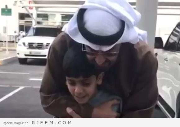 Photo of فيديو: محمد بن زايد يحتضن طفلاً هجا الحوثي وصالح في أبيات شعرية ويقبل يده