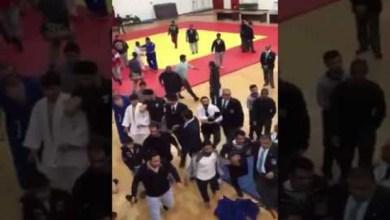Photo of فيديو: تشابك بالأيدي والعصي في بطولة للجودو بالكويت
