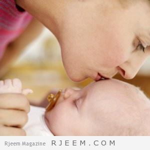 أضرار تقبيل الطفل الرضيع