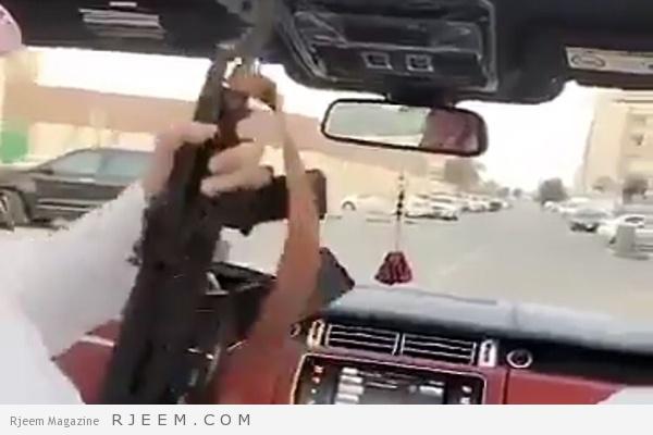 Photo of فيديو: شخص يطلق النار من سلاح كلاشنكوف من داخل سيارته في الشارع العام