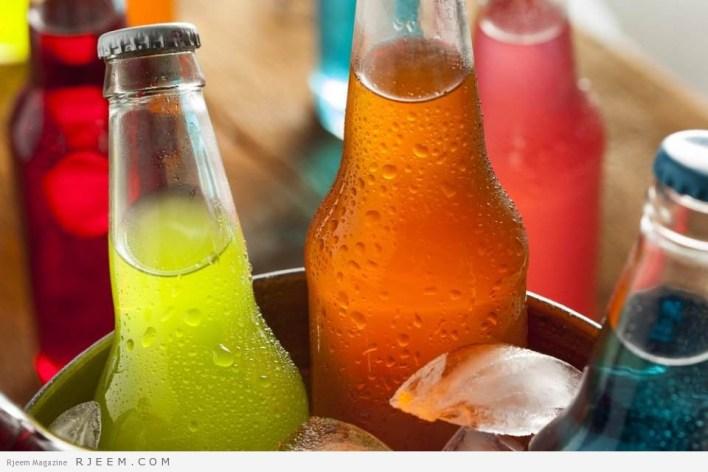 صورة لزجاجات من مشروبات غازية مختلفة اللون