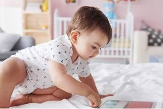Photo of هل تريد طفلاً ينام جيداً؟ أبعده عن شاشة هاتفك اليوم!
