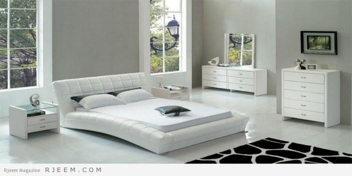غرف نوم باللون الابيض مع سجادة سوداء
