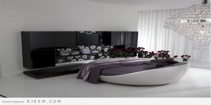 غرف نوم باللون الابيض مع منضدة باللون الاسود
