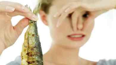 Photo of كيفية إزالة رائحة السمك من اليدين