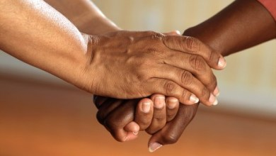 Photo of تفسير رؤية تقبيل يد شخص أو الميت والمتوفي في الحلم و المنام