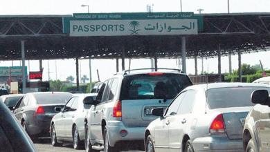 Photo of شاهد: مخرج سعودي ينشر صورة والدته تقود السيارة وتعبر منفذ الرقعي