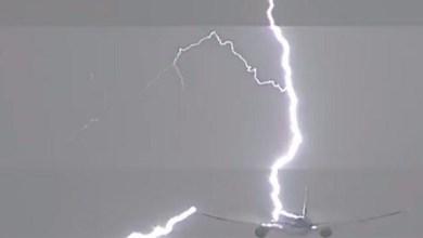 Photo of بالفيديو: صاعقة تضرب طائرة بعيد إقلاعها