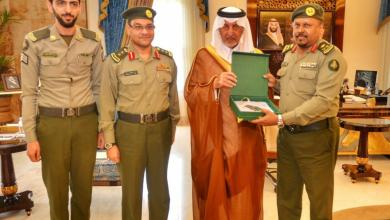 Photo of أمير مكة ونائبه يتسلمان التقرير السنوي للجوازات