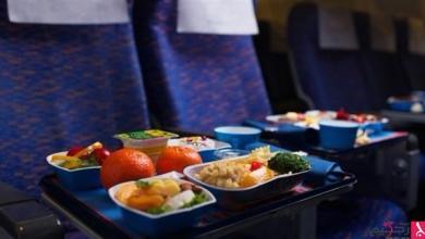 Photo of هل يجب التوقف عن تناول الطعام أثناء الطيران؟