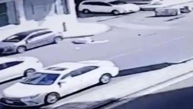 Photo of قائد مركبة بمكة يصدم مواطناً ويتركه غارقاً بدمائه (فيديو)