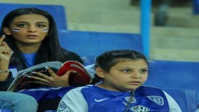 Photo of مشجعة هلالية تدرس الكيمياء أثناء تشجيع الزعيم (صور)