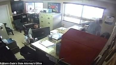 Photo of بالفيديو: شاهد كيف عاقب شرطي ابنته على إساءة التصرف مع معلمتها