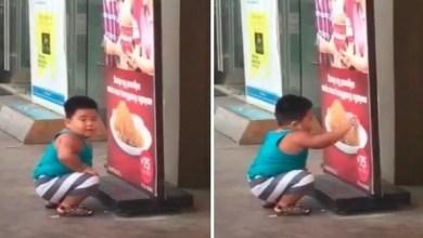 Photo of بالفيديو: طفل جائع يحاول تناول الدجاج من ملصق إعلاني
