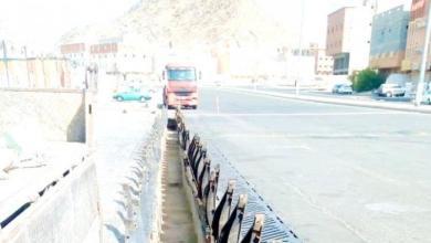 "Photo of أمانة مكة تتعاقد على تركيب ""10"" آلاف غطاء حديدي لإغلاق مناهل السيول"