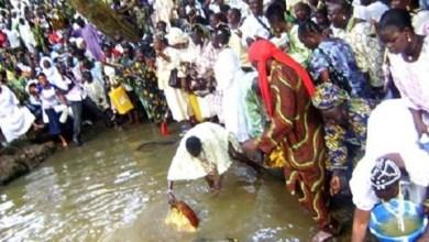 "Photo of عشرات آلاف الأفارقة يحتفلون بـ""إلهة الماء"""