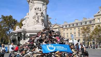 Photo of هرم من الأحذية في باريس للتنديد بقصف المدنيين