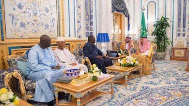 Photo of بالصور: خادم الحرمين يتسلم رسالة خطية من رئيس جامبيا