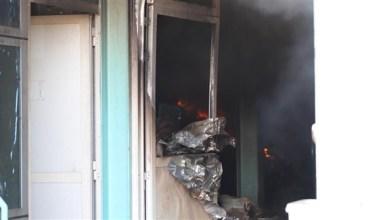 Photo of بالصور: السيطرة على حريق بأحد المستودعات في أم القيوين دون إصابات