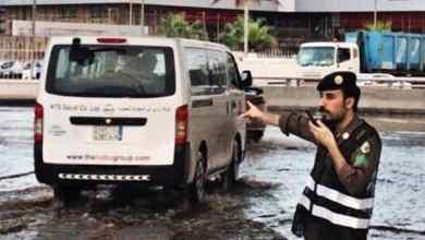 Photo of صورٌ لرجال المرور وسط الأمطار أثناء تنظيمهم حركة السير في الشرقية