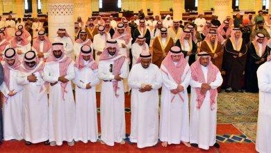 Photo of أمير الرياض يؤدي صلاة الميت على والدة الأمير فيصل بن محمد بن عبدالعزيز