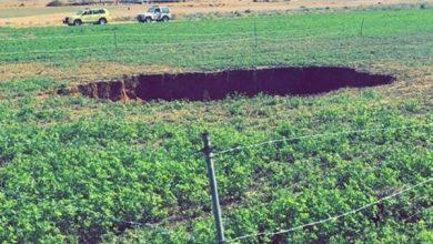 Photo of الدفاع المدني: التحقيق في هبوط أرضي أحدث حفرة في مزرعة بساجر