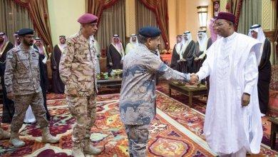 Photo of بالصور: خادم الحرمين يستقبل رئيس النيجر ويقيم مأدبة غداء تكريماً له