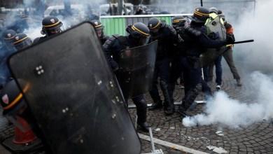 Photo of الشرطة الفرنسية تستخدم الغاز المسيل للدموع لتفريق متظاهري السترات الصفراء وسط باريس