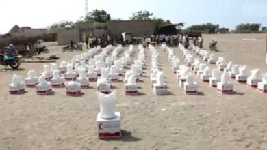 "Photo of ""الهلال الأحمر"" يوزع 100 طن مساعدات غذائية في الحديدة"