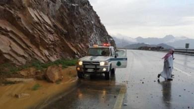 Photo of شاهد: صخرة ضخمة تسقط على دورية أمنية على طريق المدينة