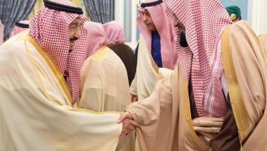 Photo of بالصور: خادم الحرمين يستقبل الأمراء والمفتي ورئيس مجلس الشورى والعلماء وجمعاً من المواطنين