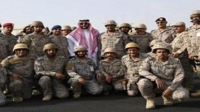 Photo of نائب وزير الدفاع يتفقد الخطوط الأمامية بالحد الجنوبي