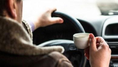 "Photo of ""المرور"" يوضح حقيقة مخالفة شرب الشاي والمياه أثناء القيادة"